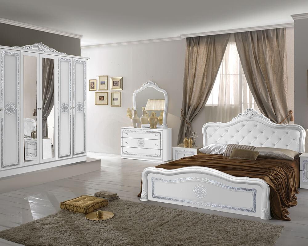 Barock Schlafzimmer in Weiß und Silber bestehend aus Schrank, Spiegel, Kommode, Nachttischen und Bett.