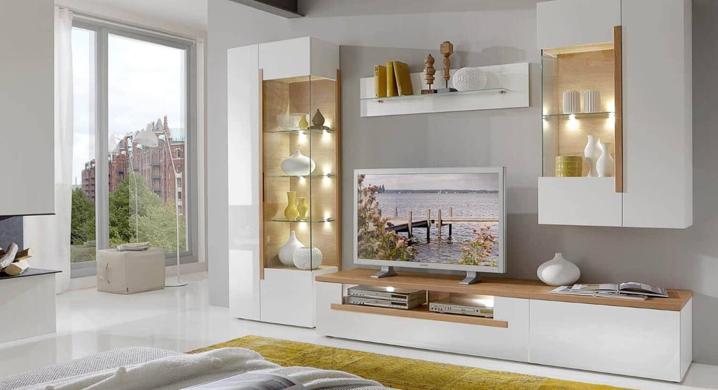 Weißes Wohnwand Set bestehend aus Vitrinenschrank Hängeschrank Wandregal und Lowboard.