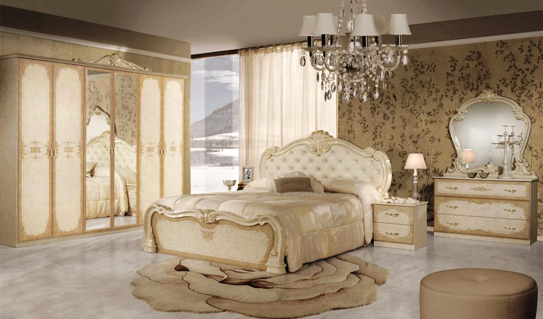 Barock Schlafzimmer in Beige bestehend aus Schrank, Nachttisch, Bett, Kommode und Spiegel.