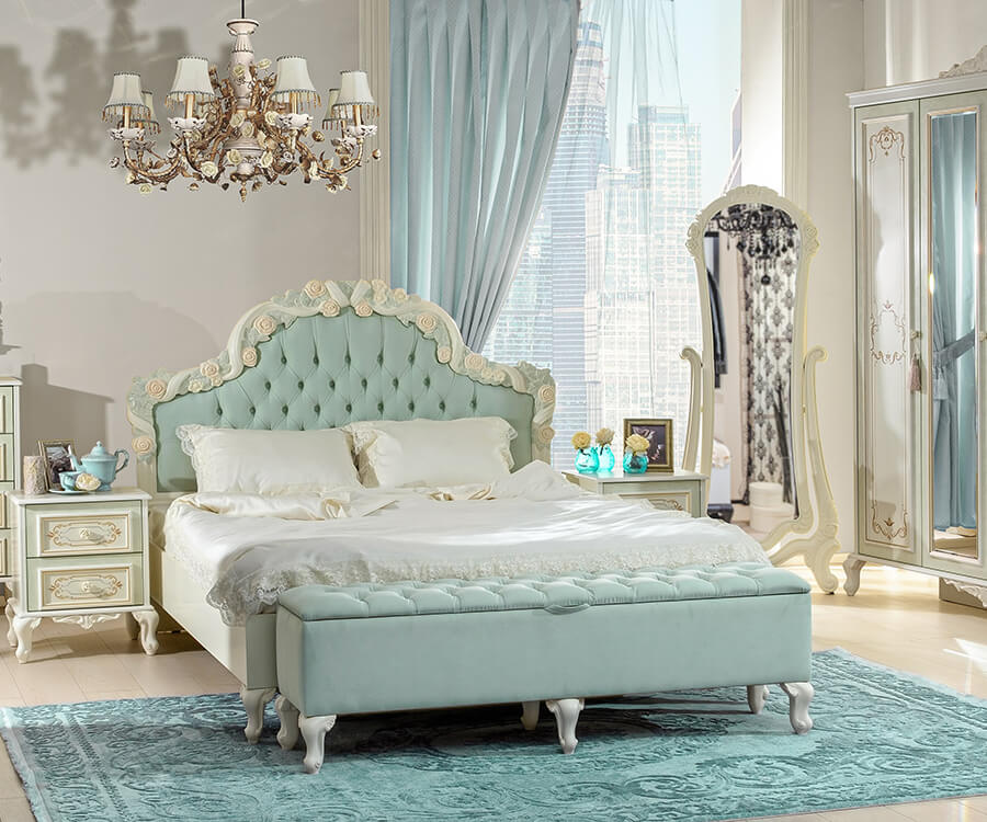 Barock Schlafzimmer in Türkis bestehend aus Schrank, Standspiegel, Nachttischen und Bett.