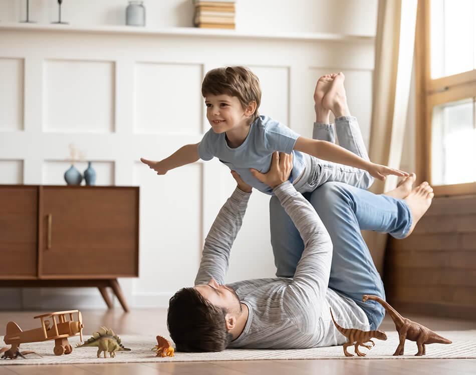 Vater der im Jungenzimmer mit seinem Sohn spielt.