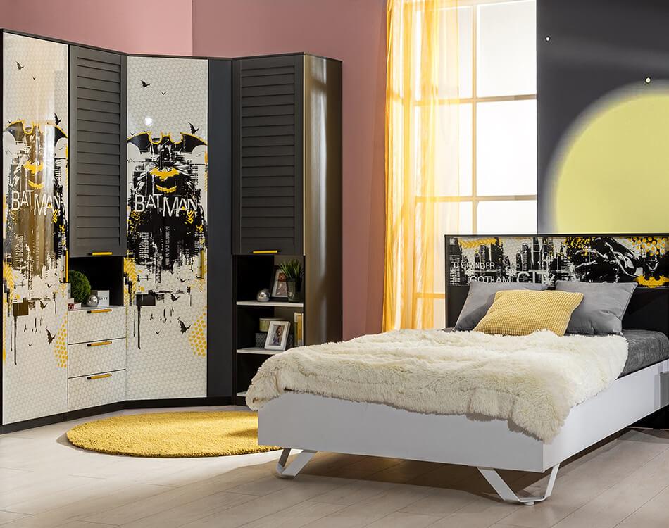 Batman Jugendzimmer Set in Weiß, Schwarz und Gelb bestehend aus Eckkleiderschrank und Bett.
