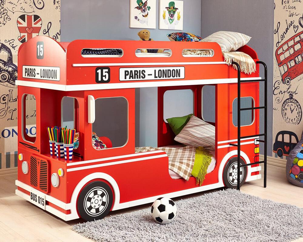 Rotes Etagen-Autobett im Design eines englischen Doppeldeckerbusses.