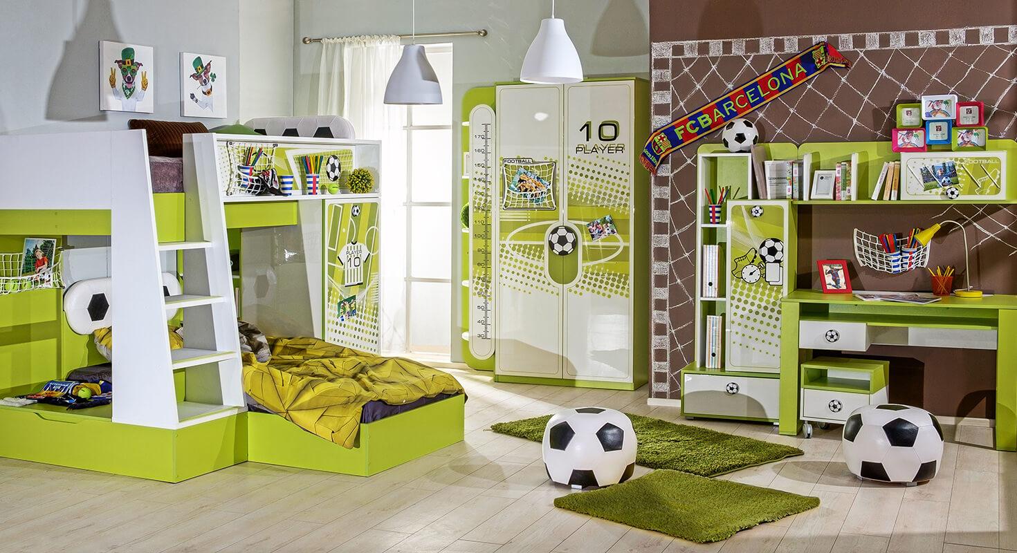 Jungenzimmer mit dem Thema Fußball in Grün und Weiß mit Etagenbett, Kleiderschrank, Regalen, Fußball-Sitzhocker und Schreibtisch.