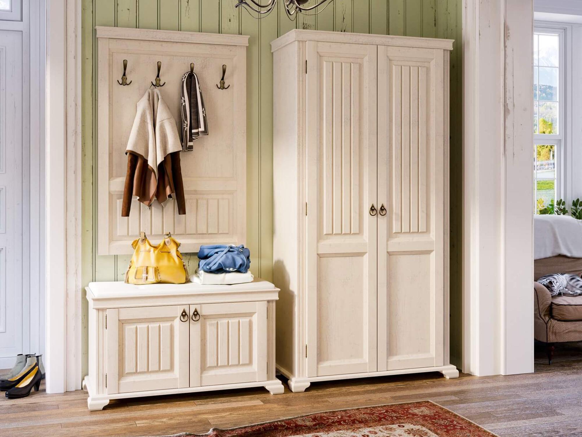 Weißes Garderobenset im Landhausstil bestehend aus Garderobe, Sitzkommode und Garderobenschrank.