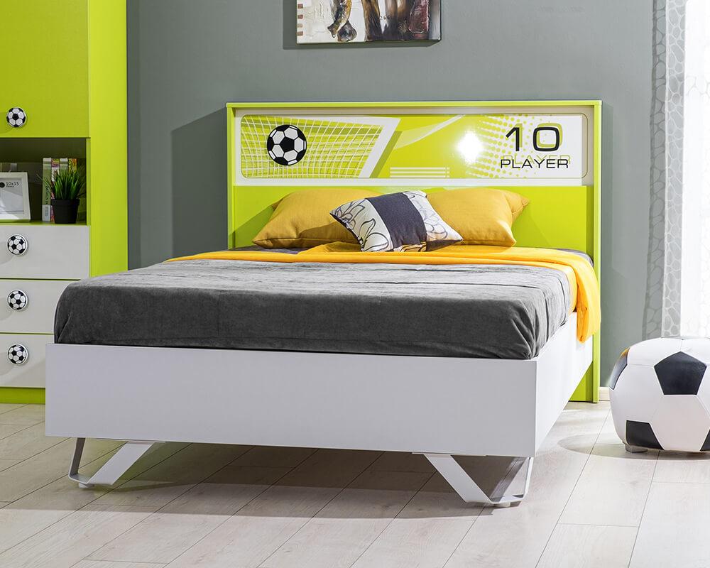 Jugendbett mit Füßballmotiven in Grün und Weiß.