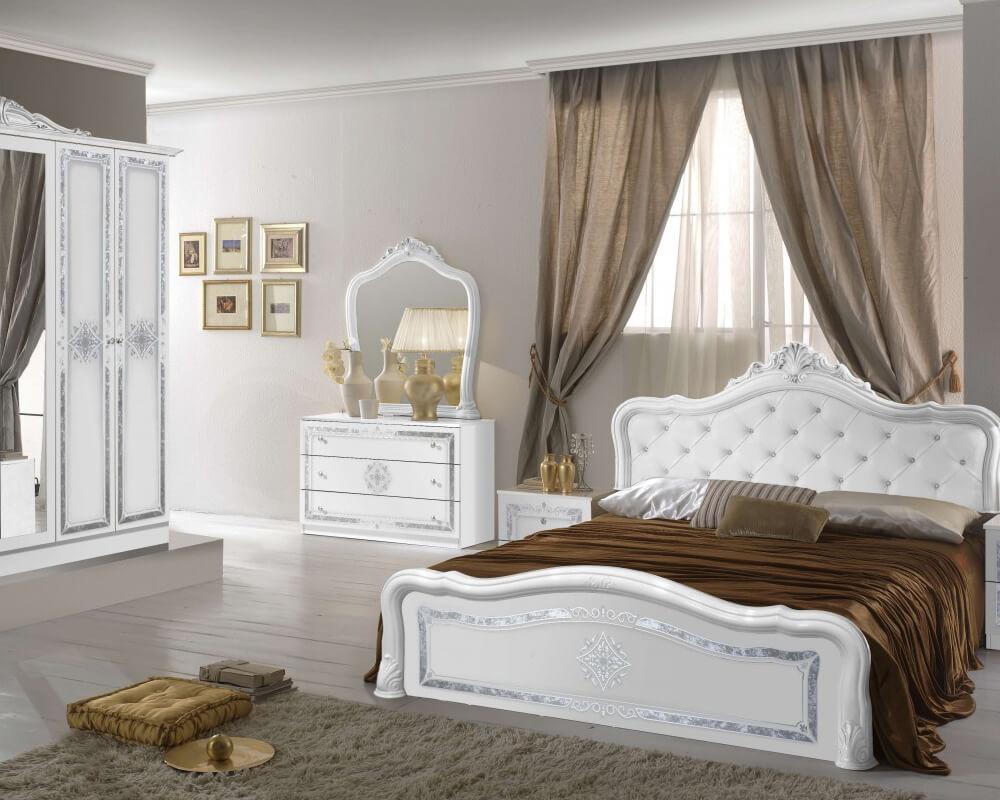Modernes Barock Schlafzimmer in Weiß und Silber bestehend aus Kleiderschrank, Kommode, Spiegel, Nachttisch, und Bett.