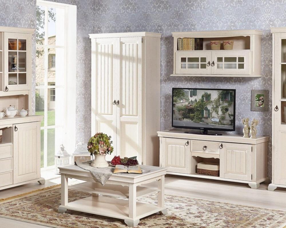 Landhausstil Wohnzimmer in Weiß bestehend aus Couchtisch, Buffetschrank, Schrank, Vitrinenschrank und Lowboard.